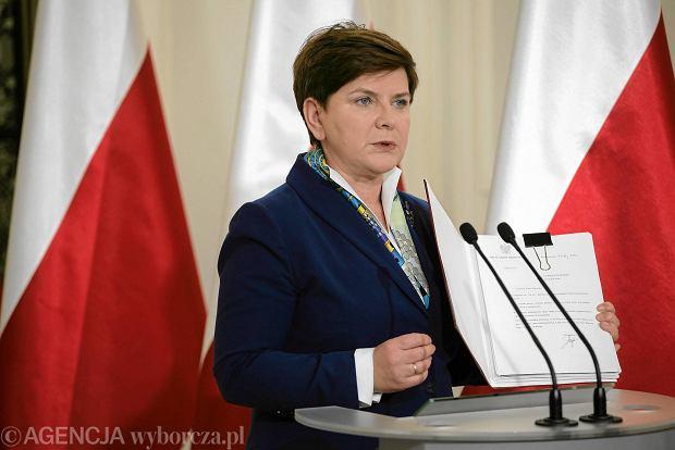 Premier Beata Szydło pokazuje projekt ustawy