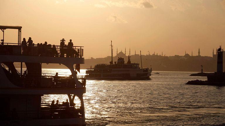 Statek transportuje turystów z europejskiej na azjatycją stronę Stambułu