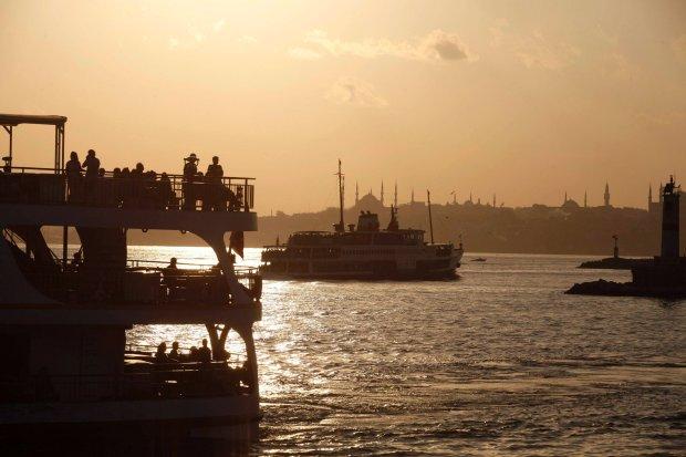 Statek transportuje turyst�w z europejskiej na azjatycj� stron� Stambu�u