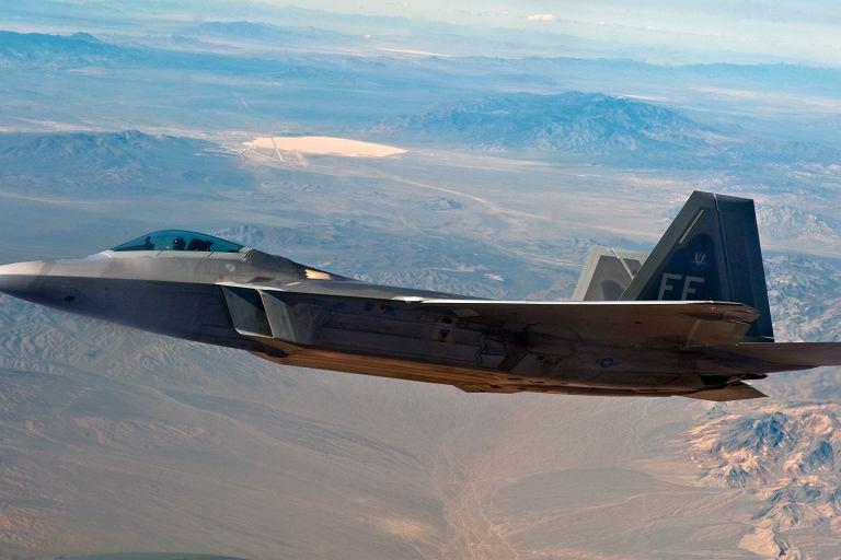 F-22 podczas Red Flag exercise. W tle Strefa 51.