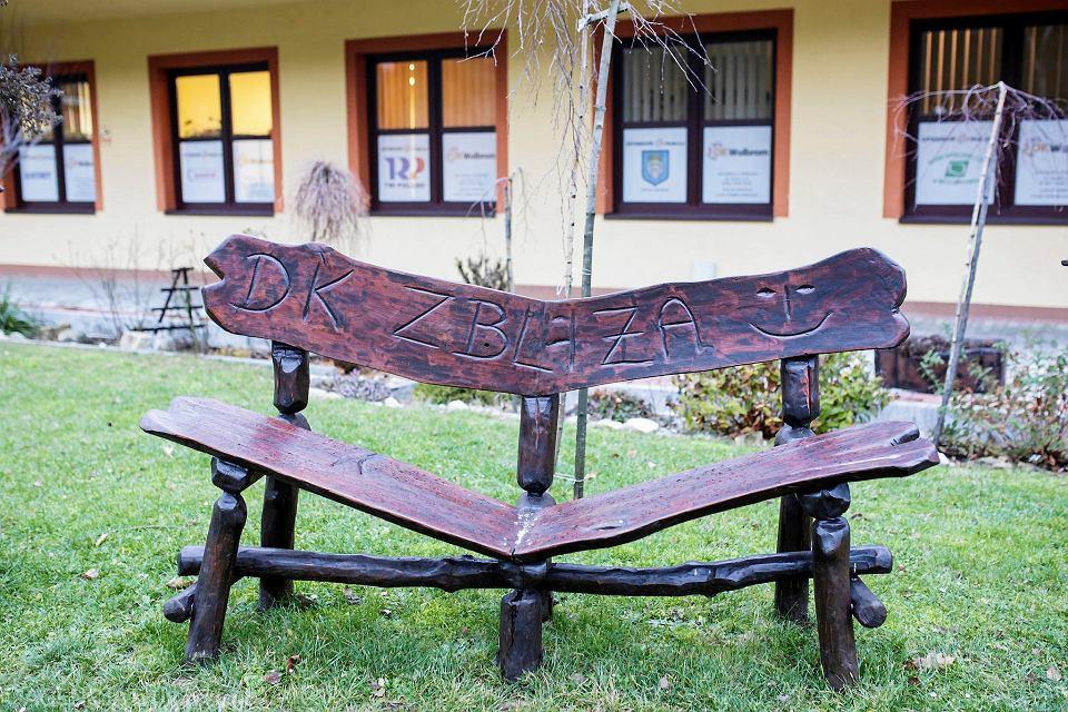 Ławka przed wolbromskim domem kultury wyrzeźbiona przez Marka K.