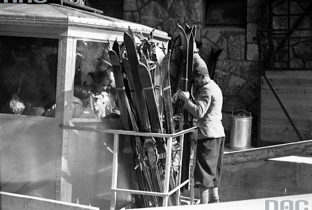 Pasażerowie w wagoniku kolejki linowej. Transport nart w platformie przymocowanej na zewnątrz wagonika, 1 marca 1936 r.