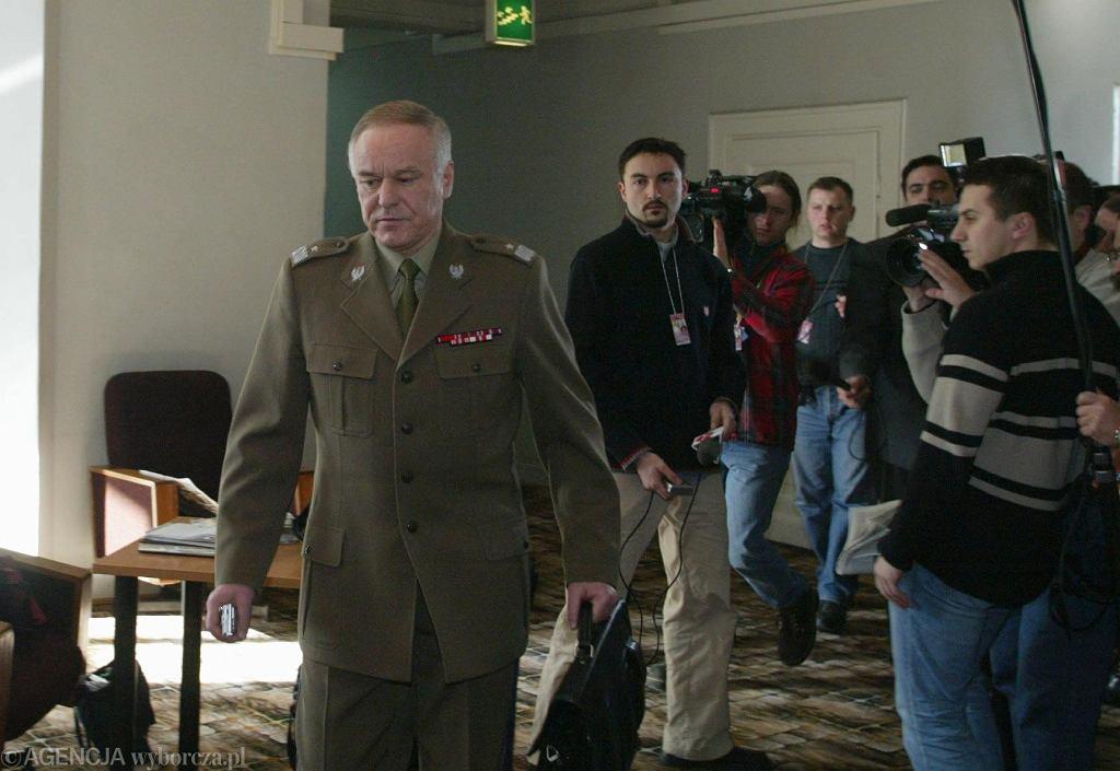 Posiedzenie spec komisji w sprawie przetargu na uzbrojenie w Iraku, 2004 rok; na zdjęciu: Marek Dukaczewski, szef WSI (fot. Wojciech Olkuśnik / Agencja Gazeta)