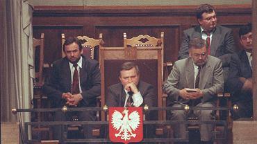 Prezydent Lech Wałęsa podczas odwoływania rządu. Po lewej szef jego gabinetu Mieczysław Wachowski, a po prawej rzecznik Andrzej Drzycimski.