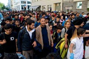 W Monachium brakuje miejsc dla uchod�c�w. Minister transportu: powstrzymajmy ten nap�yw