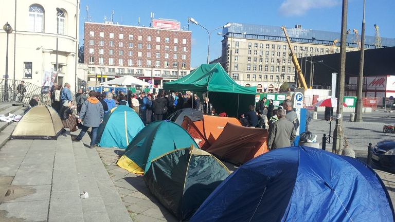 Pikieta Solidarnych 2010 pod budynkiem TVP