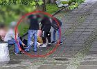 Brutalny napad na pl. Defilad. Skopali przechodnia w biały dzień [WIDEO]