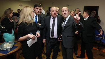 Wybory samorządowe w 2014 roku, oczekiwanie na wyniki w sztabie PiS. Na zdjęciu m.in. Artur Szałabawka i radny Marek Duklanowski