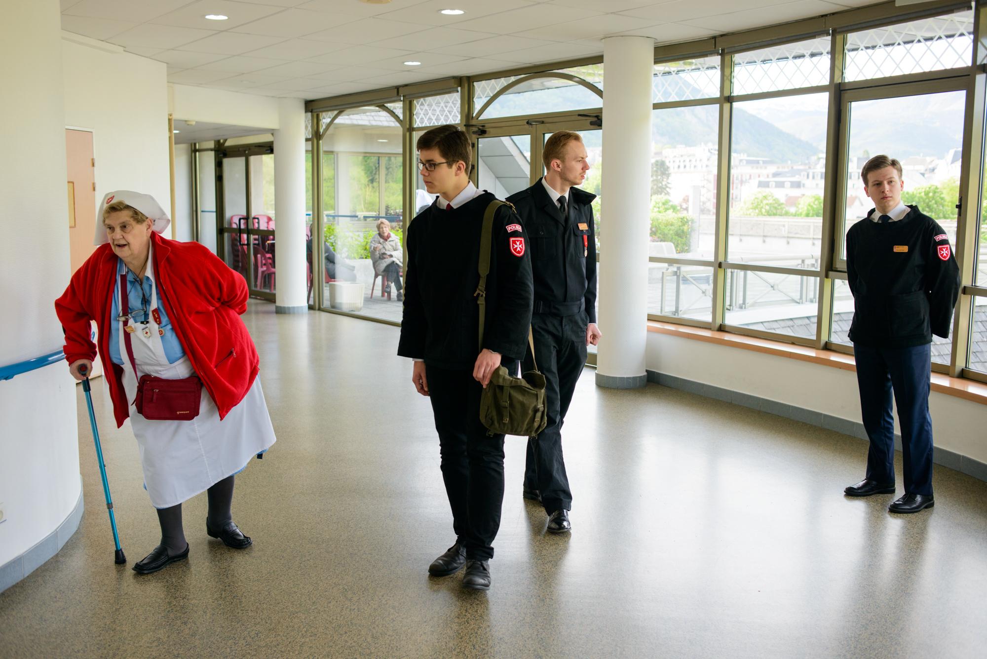 Wolontariusze idą na mszę do kaplicy w szpitalu (fot. Piotr Idem)
