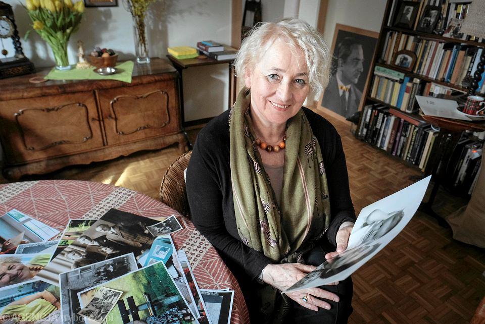 Katarzyna Męczyńska ogląda stare zdjęcia swojej ciotki Hanki, która przeżyła obóz w Oświęcimiu
