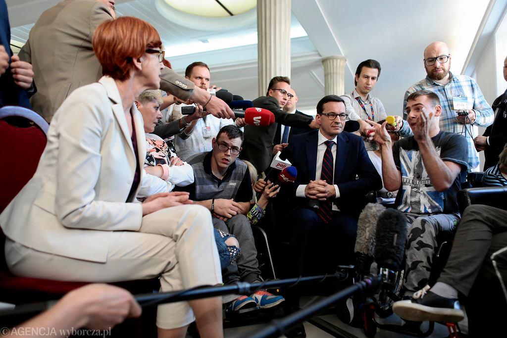 Premier rządu PiS Mateusz Morawiecki z wizytą u rodziców dzieci niepełnosprawnych (protestują w Sejmie). Warszawa 20 kwietnia 2018