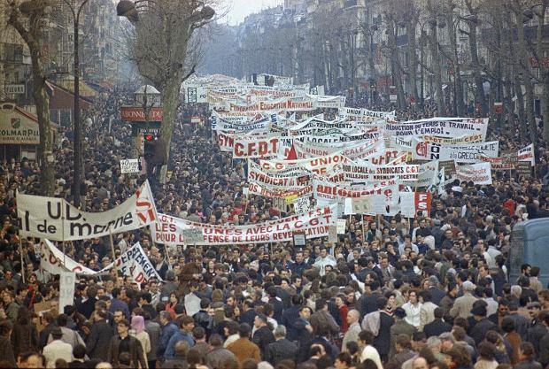 Wielotysięczna demonstracja 13 maja 1968 r. w Paryżu. Studenci i robotnicy idą ul. rue de Turbigo na plac Republiki.