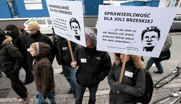 Pos�owie PiS chc� wznowienia �ledztwa ws. zab�jstwa Jolanty Brzeskiej. Na zdj�ciu pikieta w rocznic� �mierci dzia�aczki
