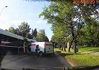 Samochód Poczty Polskiej zderzył się z autobusem MPK. Kurierka uciekła z miejsca zdarzenia [WIDEO]