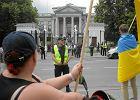 Korwin-Mikke balowa� w ambasadzie Rosji. Na ulicy protest