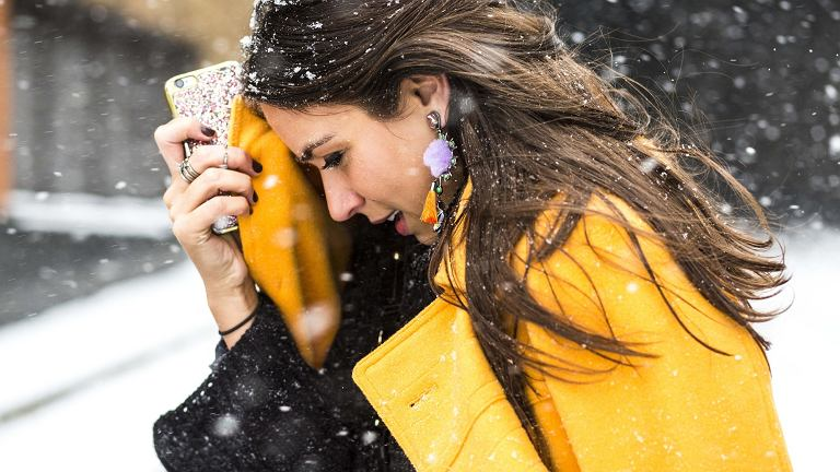 Blogerki i redaktorzy mody w nierównej walce ze śnieżycą podczas New York Fashion Week