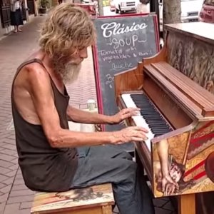 Bezdomny podszed� do pianina. Zagra� tak, �e wszystkim szcz�ki opad�y