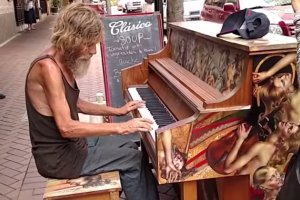 Nie miał pracy, ani domu, zagrał na pianinie i internauci zebrali dla niego 40 tys. dolarów
