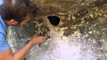 A co to tam się ukryło w tej dziurze.... O NIE.