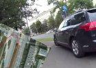 Rajd po �cie�ce rowerowej i przej�ciu dla pieszych. Pirat drogowy nagrany na ulicach Warszawy