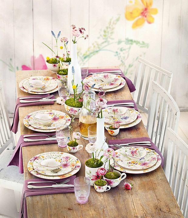 Stół wielkanocny z lilowymi motywami
