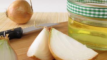 Sok z cebuli działa odżywczo na włosy
