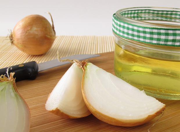 Sok z cebuli: na włosy, na twarz, przeciw infekcjom. Jak go zrobić?