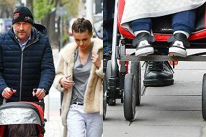 Rafał Sonik i Karolina Sołowow natknęli się pod budynkiem TVN na paparazzo. Jak wyglądali spacerując z synem po warszawskiej ulicy?