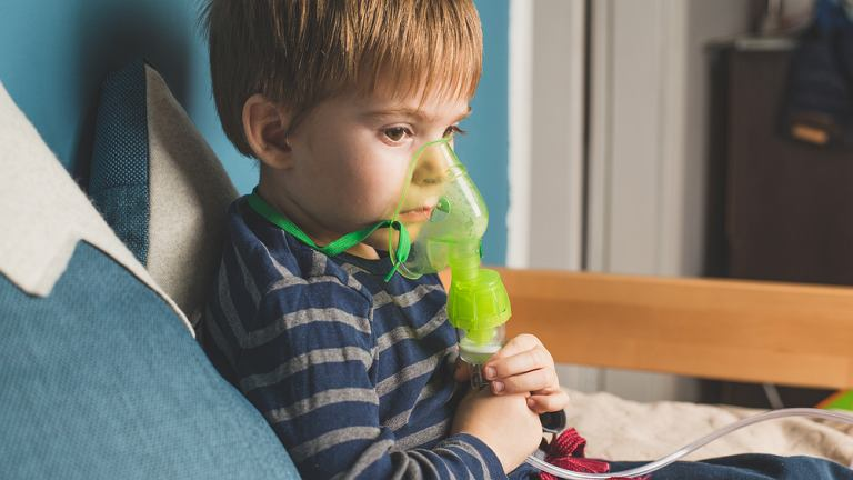 Czym różni się nebulizacja od inhalacji?