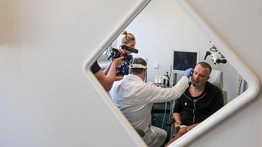 Wielkopolskie Centrum Onkologii. Muzyk Krzysztof Grabowski ps. Grabaż podczas badania w ramach VI Europejskiego Tygodnia Profilaktyki Nowotworów Głowy i Szyi