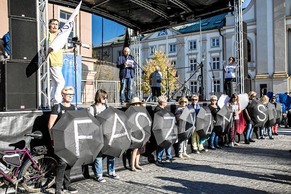 13.10.2018, Kuba Sienkiewicz na demonstracji przeciw nacjonalizmowi w Warszawie.