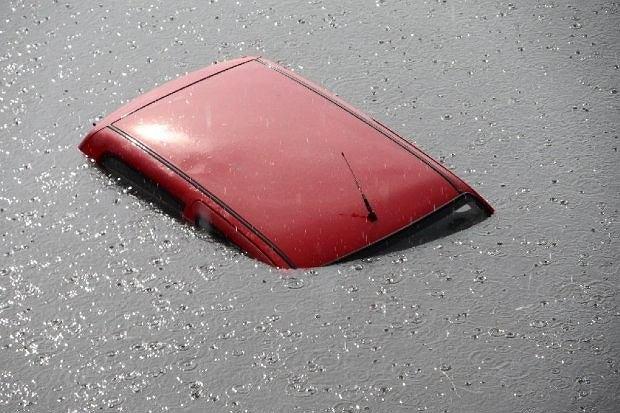 Samochód zalany po dach, to skarbonka bez dna