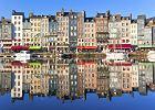 Honfleur, Francja. Honfleur to niewielkie, ale pi�kne miasteczko portowe po�o�one w Normandii u uj�cia Sekwany. Wok� portu stoj� zabytkowe kamieniczki ob�o�one �upkowymi p�ytkami. Miasteczko rozs�awione zosta�o przez malarzy impresjonist�w, takich jak Monet czy Boudin.