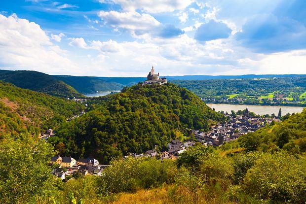 Dolina �rodkowego Renu, Niemcy. Niemiecka Dolina �rodkowego Renu to teren idealny na wspinaczki, spacery i wycieczki rowerowe. S�ynie z zamk�w i pa�ac�w usianych na winnych wzg�rzach, gdzie uprawia si� winogrona do produkcji s�ynnych, re�skich win. 65-kilometrowy odcinek doliny pomi�dzy Bingen a Koblencj� zosta� wpisany na list� �wiatowego dziedzictwa UNESCO.