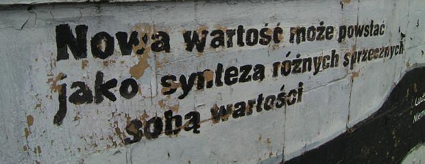 07.07.2010 TORUN , BULWAR FILADELFIJSKI , ODCHODZACA FARBA ZE SCIANY , NA KTOREJ WYMALOWANE ZOSTALY CYTATY Z FILMU REJS .