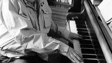 Stefan Kisielewski w swoim warszawskim mieszkaniu, kwiecień 1988 r.