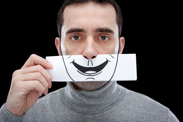 Depresja czasem może skrywać się za uśmiechem i pozorną pewnością siebie