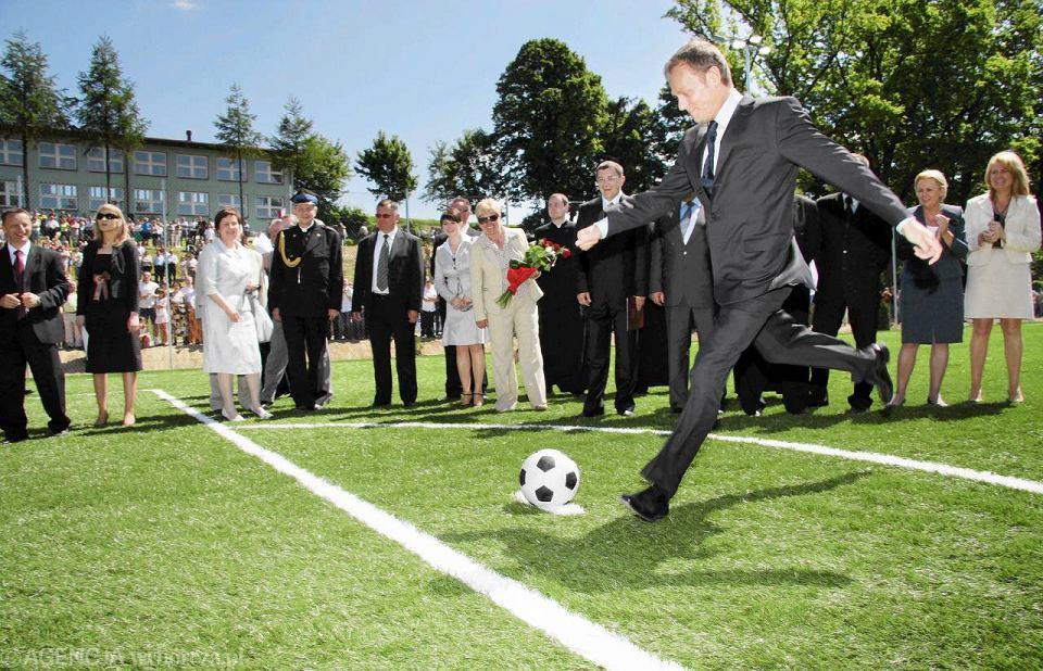 Premier Donald Tusk otwiera pierwszego 'orlika' w kraju. Izdebki (gmina Nozdrzec na Podkarpaciu), 1 czerwca 2008 r.