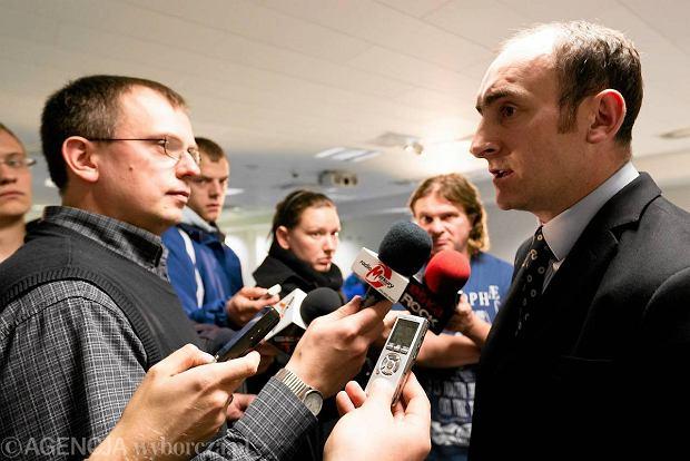 Prezes Lecha Pozna� Karol Klimczak w rozmowie z dziennikarzami