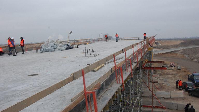 Budowa autostrady A2. Wiadukt na przecięciu drogi nr 50 z autostradą A2 w pobliżu Wiskitek