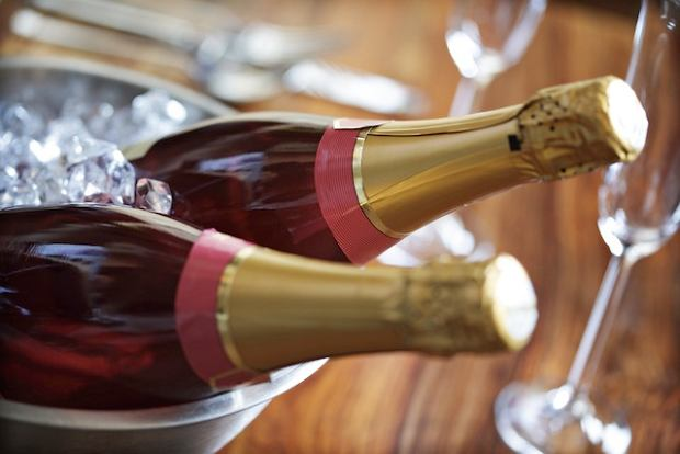 Przed podaniem, szampana lub inne musujące wino schłódź w wiaderku z zimna woda i kostkami lodu.