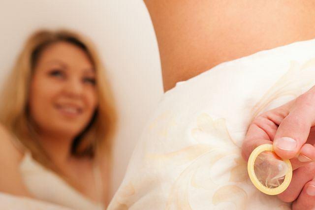 Prezerwatywa jest metodą antykoncepcyjną o wysokiej skuteczności ale tylko pod warunkiem, że prawidłowo ją stosujecie. Błędy tymczasem nie są wcale takie rzadkie