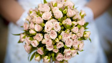 Życzenia ślubne warto spisać na kartce, którą podarujemy nowożeńcom.