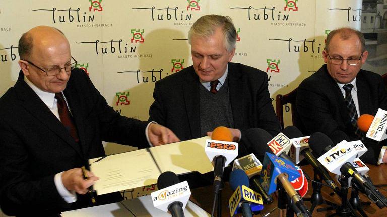 Minister Jarosław Gowin i prezydent Lublina Krzysztof Żuk (z lewej) podpisują list intencyjne w sprawie powstanie centrum administracyjno-księgowego dla wymiaru sprawiedliwości. Obok wiceminister sprawiedliwości Grzegorz Wałejko