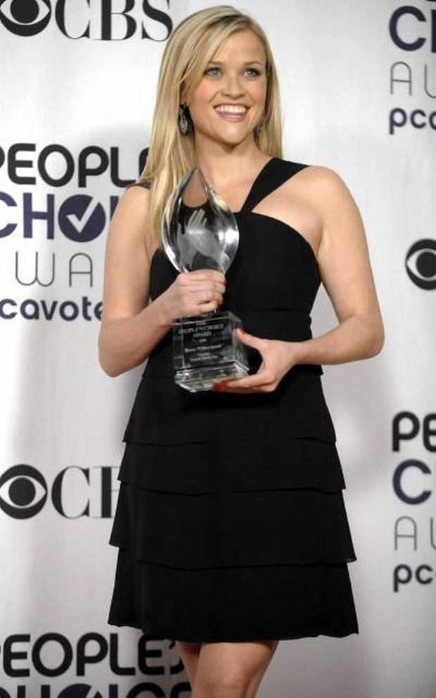 Reese Witherspoon poses backstage with the favorite female movie star award at the 35th Annual People's Choice Awards on Wednesday Jan. 7, 2009 in Los Angeles. (AP Photo/Chris Pizzello)