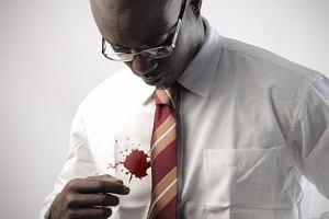 Savoir vivre: wypadek z koszulą