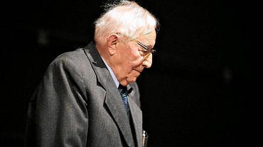 Zmarł Tadeusz Różewicz - wybitny polski poeta, dramaturg, prozaik i eseista. Krytycy mówili, że miał pecha. Bo tworzył w tym samym czasie, co Miłosz i Szymborska. Gdyby nie to, z pewnością zostałby laureatem Nagrody Nobla. Na zdjęciu: inauguracja oraz nadanie doktoratu honoris causa Różewiczowi w Wyższej Szkole Filmowej Telewizyjnej i Teatralnej w Łodzi