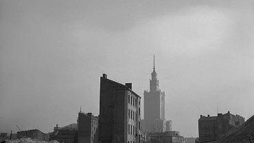 1954-1955. Ruiny kamienic przy ulicy Grzybowskiej, w głębi fragment synagogi Nożyków oraz Pałac Kultury i Nauki