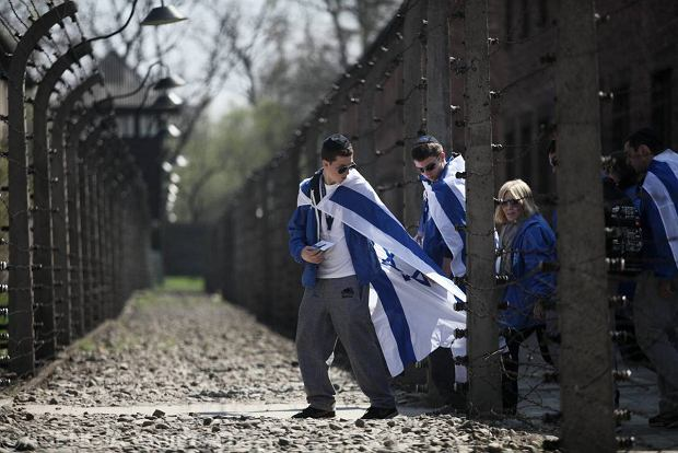 """M�odzi Izraelczycy tatuuj� sobie numery obozowe dziadk�w. """"Zbli�enie mi�dzy pokoleniami"""""""