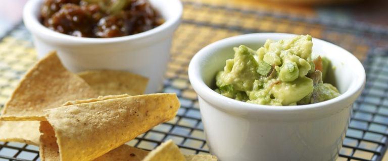Niskokaloryczne sosy: guacamole, hummus, tzatziki [5 PRZEPISÓW]